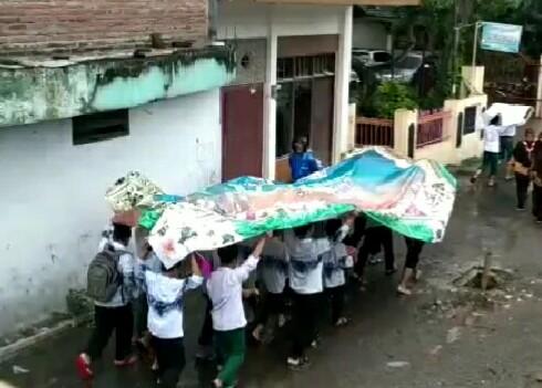 Kebersamaan Di Bawah Payung Sisa Banner
